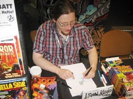 Levin Kurio beim Zombiezeichnen für Micha.